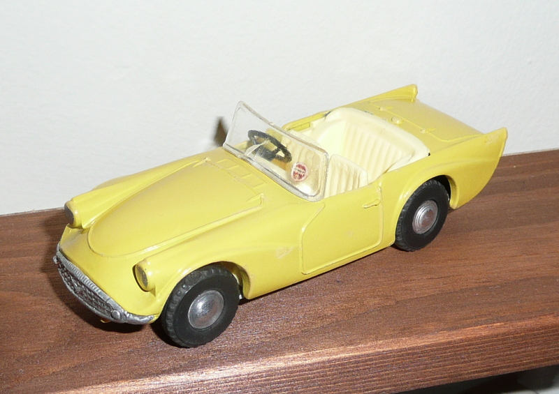 215 Tri-ang Spot On model Daimler SP250 Dart