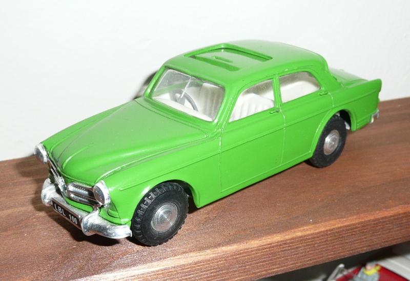 216 Tri-ang Spot On model Volvo Amazon 122S