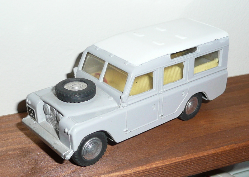 161 Tri-ang Spot On model Land Rover LWB Estate Car