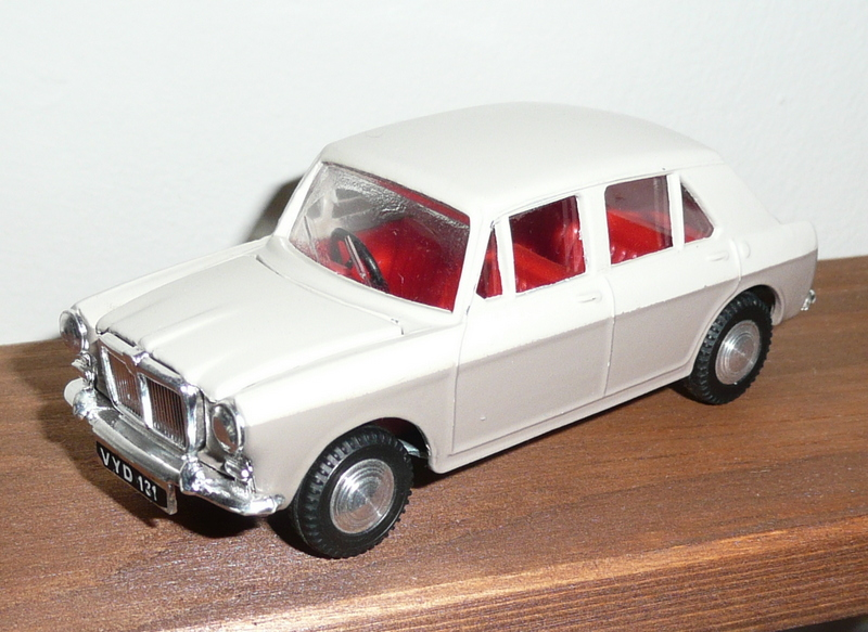 267 Tri-ang Spot On model MG 1100 beige/white
