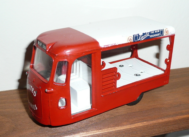 122 Tri-ang Spot On model United Dairies Milk Float